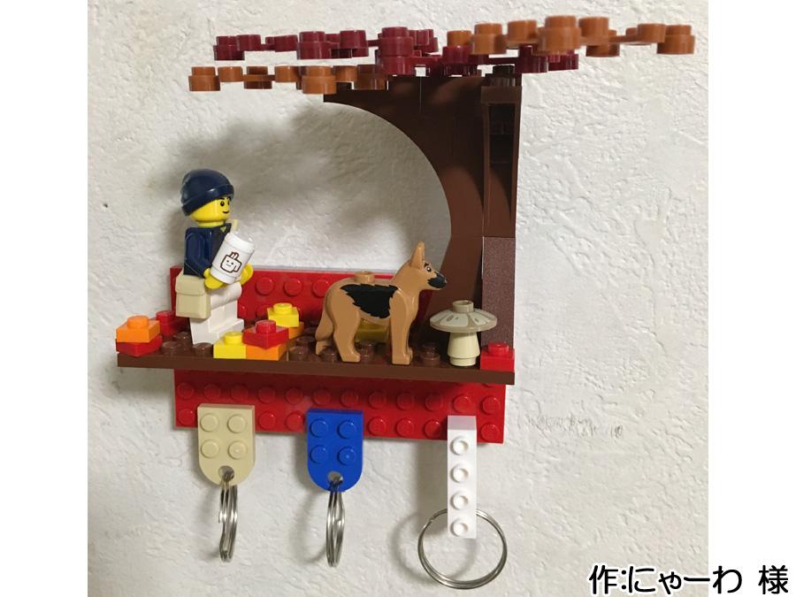 小さなプレートの上に作られた紅葉を散歩する犬と飼い主のレゴ作品1枚目